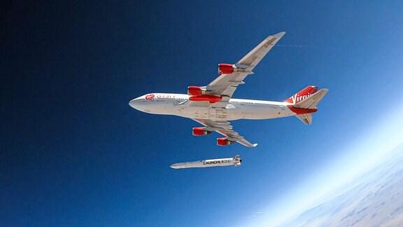 Trägerrakete unterhalb eines Flugzeugs