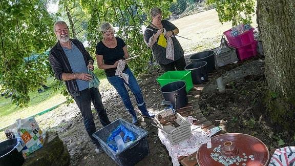 Schäden und Aufräumarbeiten nach dem Hochwasser nach Starkregen. der historische Balkhauser Kotten eine Messer und Werkzeug Schleiferei und Museum: hier wird das kleine Werkzeug gespült..