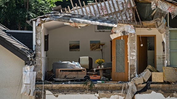Aufräumarbeiten nach dem Hochwasser, Einblick in beschädigtes Wohnhaus in der Stadt Marienthal.