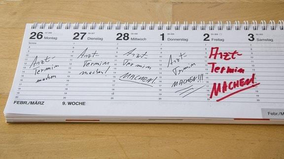 """In einem Tischkalender ist für jeden Tag die Aufgabe """"Arzttermin machen!"""" eingetragen"""