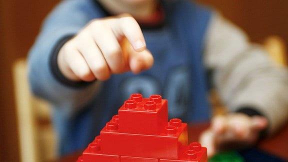 Junge spielt mit Legosteine.