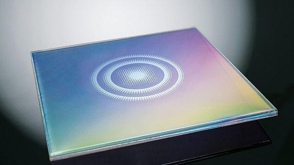 eine quadratische Glasplatte mit Beschichtung