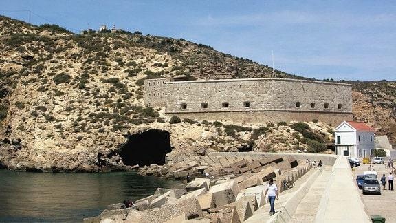 Aviones-Höhle von der Mole von Cartagena aus gesehen