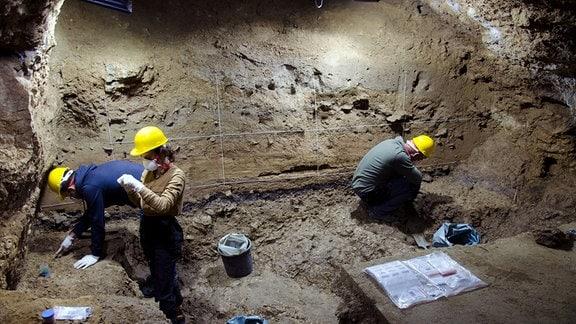Neueste Ausgrabungen in der Bacho-Kiro-Höhle, bei denen neue Artifakte aus der mittelpaläolithischen Besiedlung durch Neandertaler gefunden wurden.