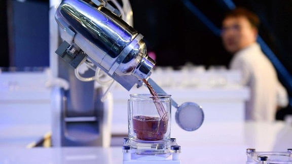Barkeeper in Robot-Form