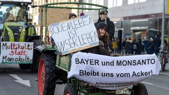 Tausende Menschen demonstrieren in Berlin gegen Agrarpolitik.