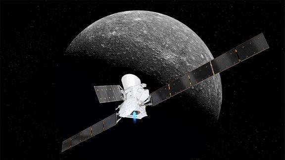 Künstlerische Darstellung der Merkur-Raumsonde BepiColombo vor dem Gesteinsplaneten Merkur.