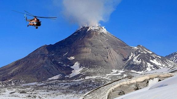 Hubschrauber neben Vulkan Besymjanny