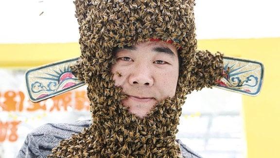 Ein Mann mit einem Bienenbart