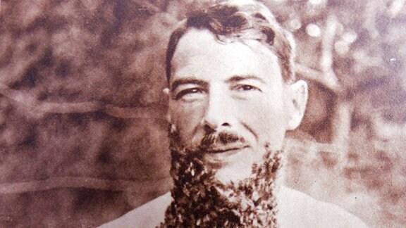 auf einem Archivfoto ist ein Mann zu sehen, der Bienen am Körper hat