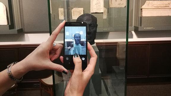 Ägyptologin Dr. Franziska Naether fertigt virtuelles 3D-Modell einer antiken Kopf-Platik an