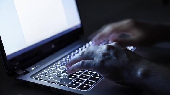 Hände tippen an einem Laptop (Symbolbild)
