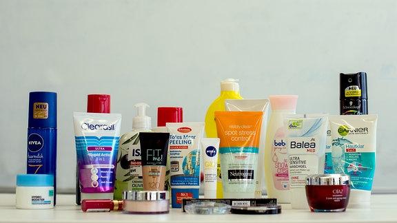 Hygieneartikel und Kosmetikprodukte unterschiedlicher Hersteller, die nach Angaben der Umweltorganisation Greenpeace Mikrokunststoffe enthalten