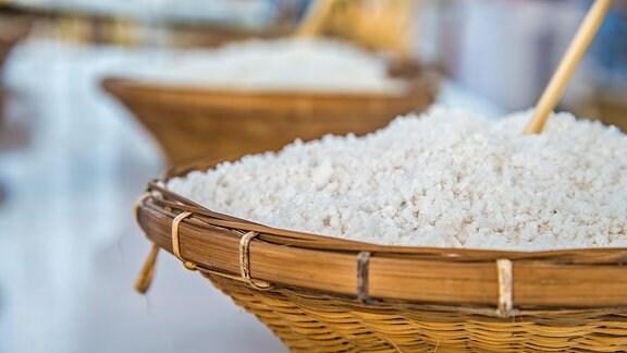 Salz in einem Korb