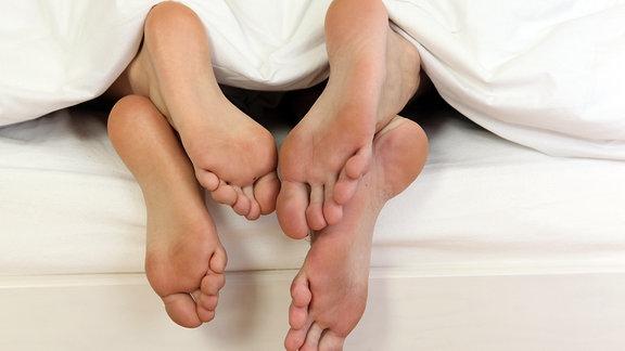Füße unter der Bettedecke