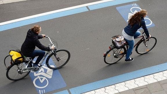 Radfahrer fahren am 25.09.2015 in Göttingen (Niedersachsen) über den eRadschnellweg. Die Strecke verbindet den Göttinger Bahnhof mit dem Nordcampus der Universität.