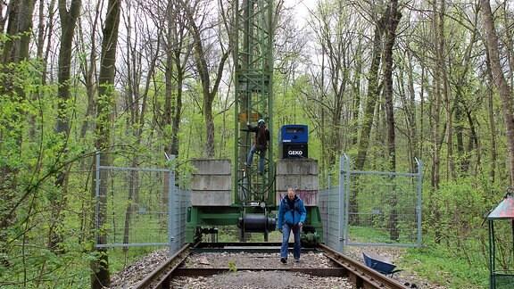Forscher klettert auf Auwaldkran