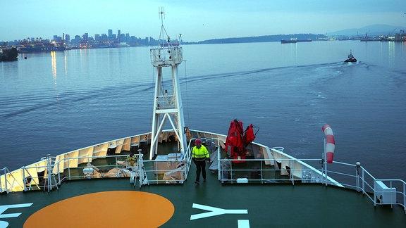 Blick von einem Schiff an Land