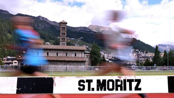 Höhentraining: Läufer trainieren auf einem Sportplatz vor Alpenkulisse in St.Moritz.