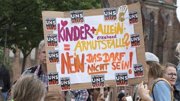 Alleinerziehende demonstrieren under dem Motto ES REICHT FÜR UNS ALLE gegen Benachteiligung und Kinderarmut in Berlin.