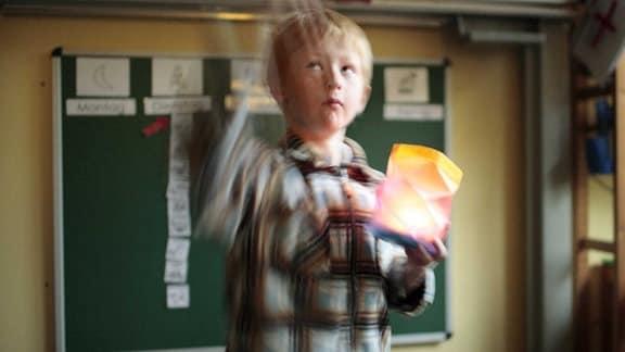 Autistisches Kind beim Unterricht der zweiten Klasse an einer Maria Montessori Schule fuer Geistig Behinderte.