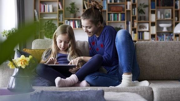 Zwei Mädchen lernen gemeinsam