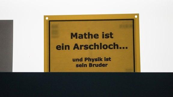 Schild über einer Tür von zwei Physikern in einem renommierten Forschungsinstitut in Halle