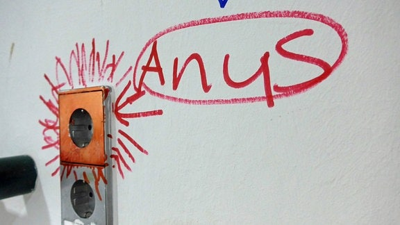 Graffiti in der Jungenumkleide einer Schulturnhalle