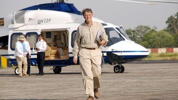 Microsoft-Mitbegründer Bill Gates kommt am Flughafen Patna in Bihal, Indien an.