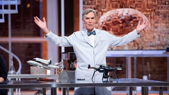 Bill Nye in einer Szene der Sendung - ''Bill Nye saves the World''