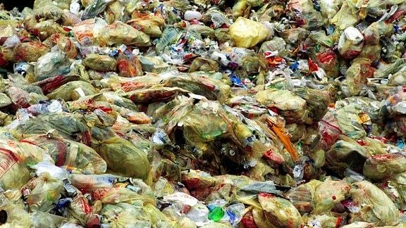 Müll in Gelben Säcken