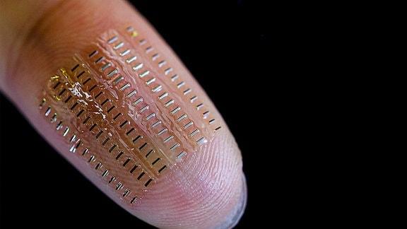 Eine Anordnung von 90 flexiblen und implantierbaren sogenannten Nano-Biosupercapacitors auf einer Fingerspitze