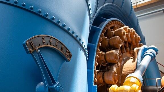 Ein blaues Maschinenteil mit einer Anzeige