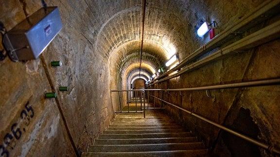 Eine abwärts führende Treppe in einem Gewölbe