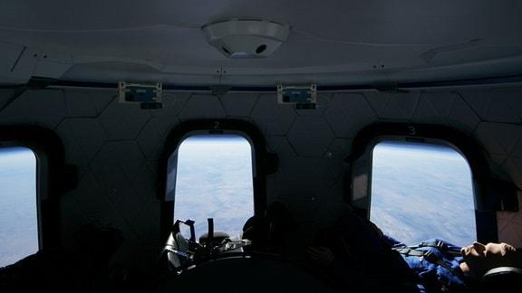 Puppe im Raumschiff beim Flug auf 100 Kilometer Höhe