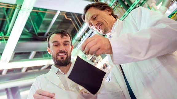 Prof. Dr. Thomas von Unwerth (r.) und Laborleiter Vladimir Buday