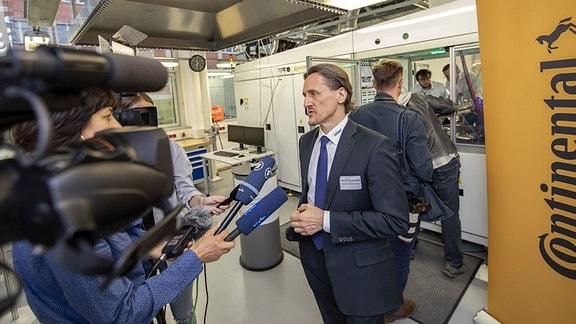 Thomas von Unwerth spricht mit Pressevertretern TU Chemnitz