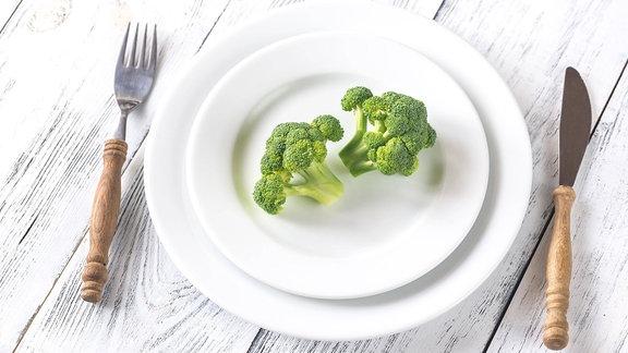 Ein Teller mit Brokkoli