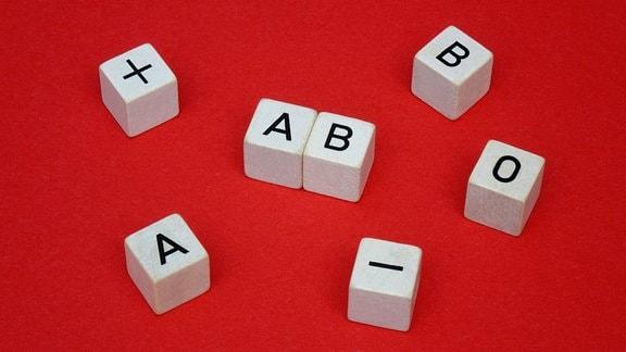 Buchstrabenwürfel mit Blutgruppen