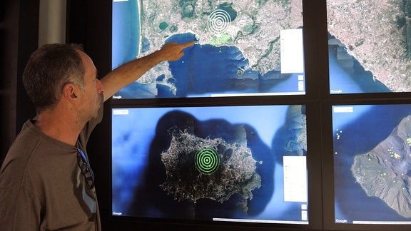 Der Geologe Roberto Isaia zeigt im Vulkan-Observatorium des Nationalen Instituts für Geophysik und Vulkanologie (INGV) in Neapel (Italien) am 16.06.2017 auf eine Satellitenaufnahme des Golfs vonNeapel.