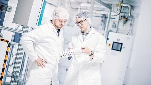 Zwei Männer stehen zusammen im Carbon-Technikum Werk.