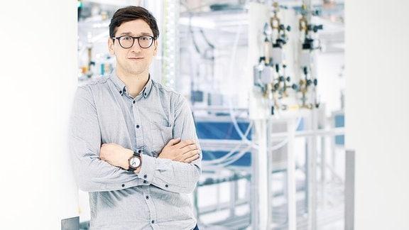 Ein Mann steht im Carbon-Technikum Werk.