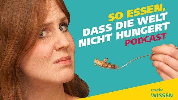 Vorschaubild für den Podcast Meine Challenge, Folge 2: Essen, damit die Welt nicht hungert. Reporterin Daniela Schmidt hält eine Gabel, auf der eine Heuschrecke steckt.