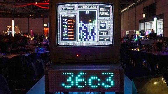 Die Kurzbezeichnung 36C3 steht an einem Stand unter einem Computerspiel zum 36. Chaos Communication Congresses auf dem Leipziger Messegelände.