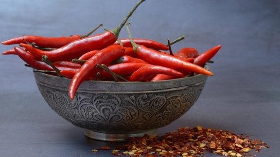 Chilischoten in Schale und Chiliflocken