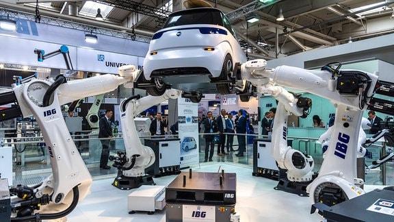 IBG zeigt 2019, wie ein Elektrofahrzeug von Robotern gefertigt wird.