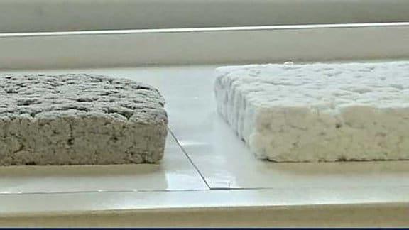 Altpapier zum Kühlen: Drei Zentimeter dicke Faserisoliermatten (links aus Basis von Altpapier; rechts auf Basis von Cellulose), trocken aufbereitet, mit einer Dichte von ca. 30 Kilogramm pro Kubikmeter.
