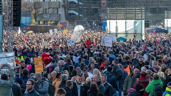Die sogenannte Querdenken Bewegung demonstriert gegen die Corona-Maßnahmen im Leipziger Stadt-Zentrum, 2020.