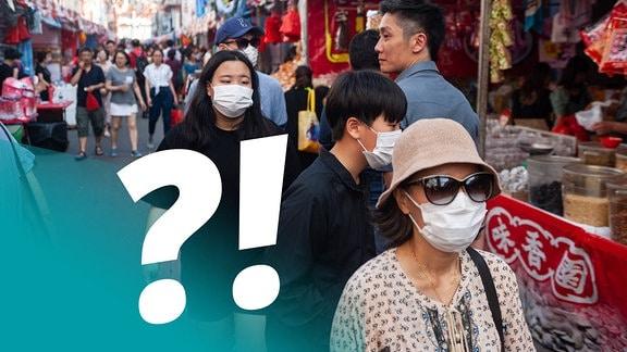 Straßenszene in Singapur: Marktstände, im Vordergrund drei Menschen mit Mundschutz, einige Menschen ohne Mundschutz, Hintergrund leicht unscharf.  Blauer Verlauf in Ecke, darauf schräg und fett Fragezeichen und Ausrufezeichen.
