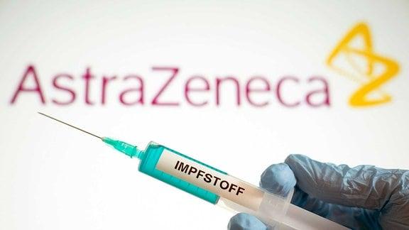 Symbolbild eines Corona Impfstoffs mit Logo des Pharmaunternehmens AstraZeneca.